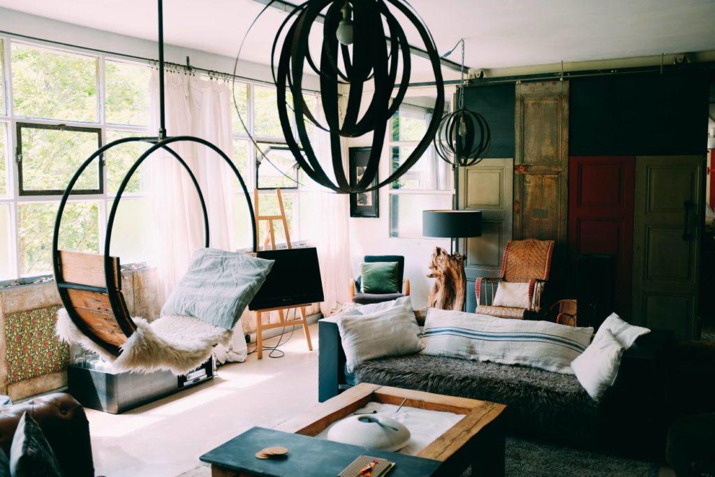 Dowiedz się jakie są najnowsze trendy lamp salonowych
